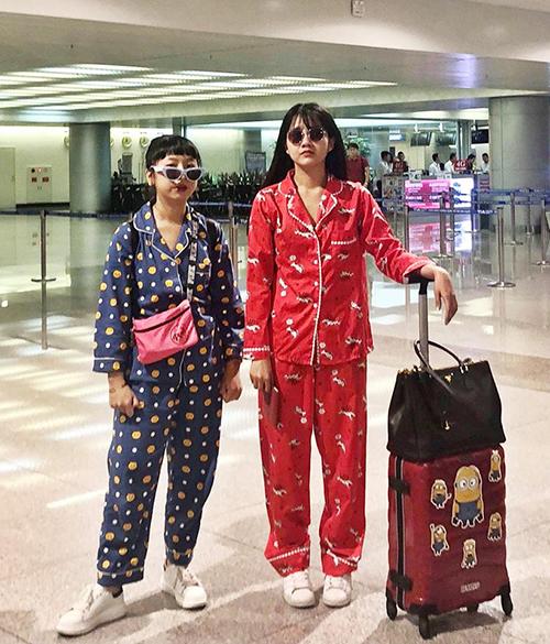 Đôi bạn thân Trang Hí - Kiều Trinh không ngại diện pyjama đôi ra sân bay để chứng minh độ lầy lội.