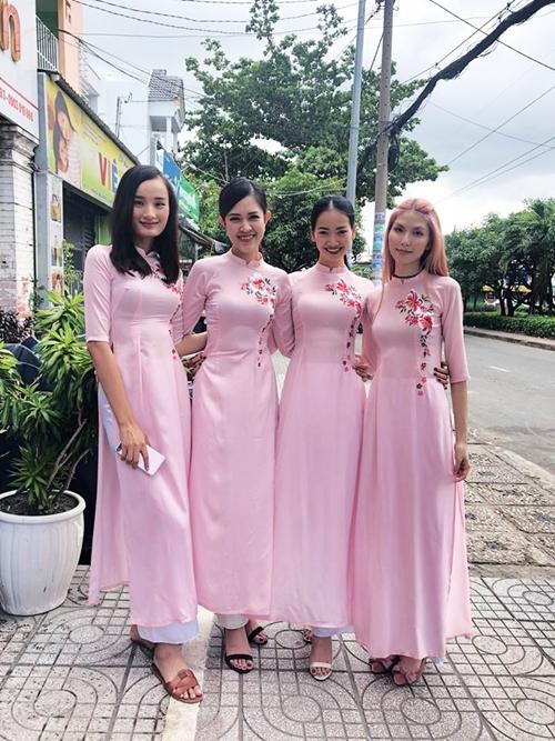 Hội bạn thân cô dâu diện áo dài hồng nhẹ nhàng.