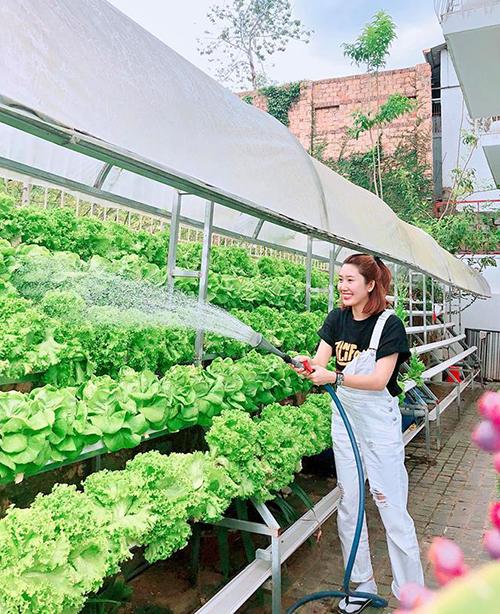Biết Thúy Ngân đang diễn sâu cảnh chăm vườn rau nhưng fan vẫn thấy thích thú vì độ đáng yêu của cô nàng.