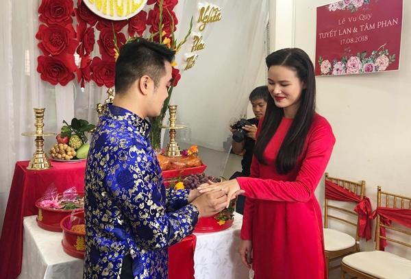 Lễ vu quy của nữ người mẫu diễn ra tại nhà riêng ở quận Bình Thạnh TP HCM sáng 17/8. Cô dâu diện áo dài họa tiết hoa sen nổi bật, trang điểm nhẹ nhàng, tự nhiên. Cả hai làm lễ trước sự chứng kiến của nhiều người thân và bạn bè.