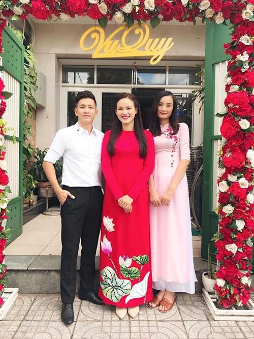 Vợ chồng Đỗ An - Lê Thúy có mặt từ sớm để chúc mừng Tuyết Lan. Cô chia sẻ niềm vui khi được bưng quả cho người bạn thân trong ngày trọng đại.
