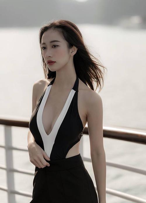 Jun Vũ lại gây bỏng mắt với chiếc váy xẻ cổ sâu khoe vòng một dao kéo.