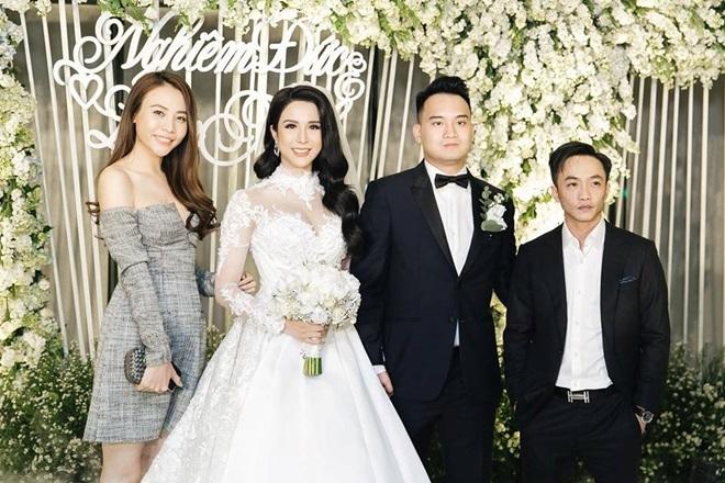 <p> Hôn lễ của top 10 Vietnam's Next Top Model 2010 Diệp Lâm Anh được tổ chức hồi đầu tháng 5 tại TP HCM, có sự góp mặt của nhiều ngôi sao nổi tiếng. Hiện tại, cô dâu đang mang bầu ở tháng thứ sáu. Cô và ông xã đã có hơn 3 năm tìm hiểu trước khi về chung một nhà.</p>