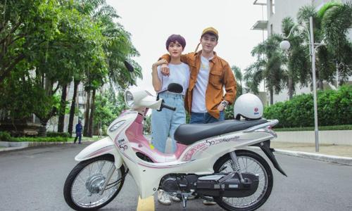 Hiền Hồ và Kar Nguyễn lượn phố cùng SYM 50cc