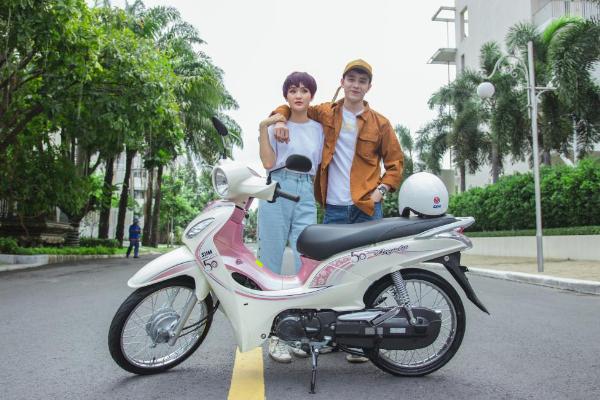 Hiền Hồ, Kar Nguyễn lượn phố cùng SYM 50cc