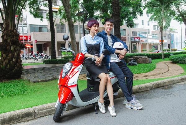 Hiền Hồ, Kar Nguyễn lượn phố cùng SYM 50cc - 1