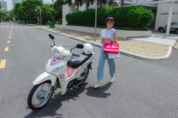 Hiền Hồ, Kar Nguyễn lượn phố cùng SYM 50cc - 4