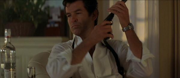 James Bond hào hoa do Pierce Brosnan thủ vai.