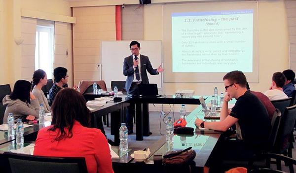 Ông Nguyễn Hùng Cường trong một buổi dạy.