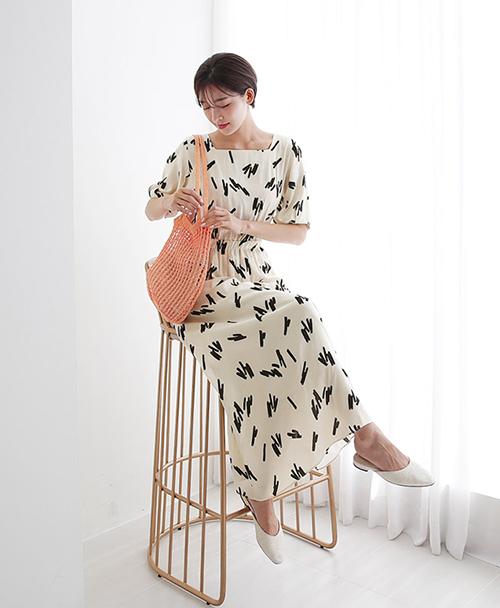 Các cô gái Hàn đặc biệt ưa chuộng váy cổ vuông với chiều dài đến bắp chân, tăng thêm độ dịu dàng.