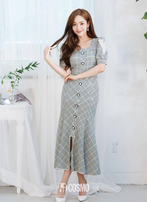 Váy cổ vuông cũng được nhiều sao Hàn như Jessica, Park Min Young lăng xê. Cổ vuông rất lý tưởng để tôn lên xương quai xanh thanh mảnh của các cô gái.