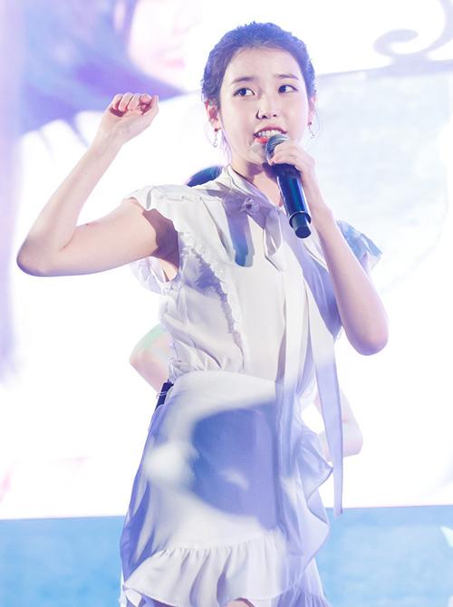 Park Min Young, IU giúp váy buộc nơ cổ thêm phần được ưa chuộng.