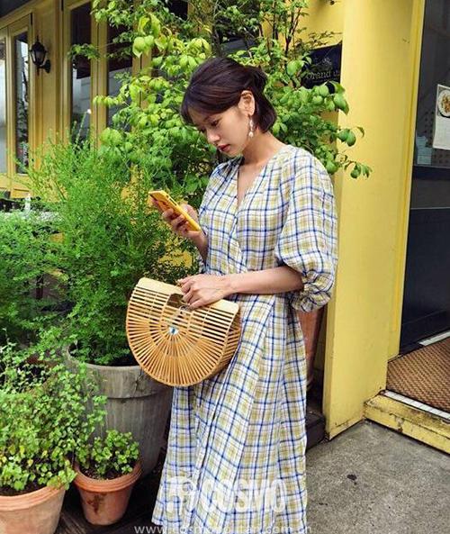 Xu hướng váy quấn với phần cổ tạo thành chữ V hot từ đầu mùa hè năm nay. Thời điểm sang thu, đây cũng là kiểu trang phục được nhiều nàng tìm mua.