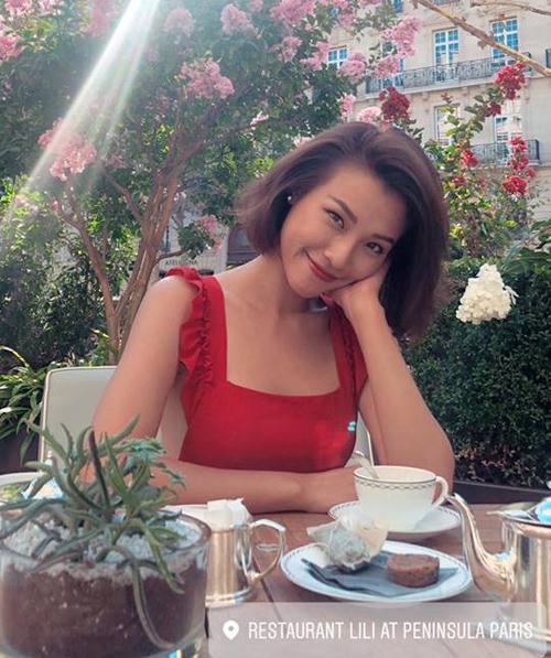 Hoàng Oanh khong cần trang điểm đậm vẫn đầy rạng rỡ dưới ánh nắng Paris sáng sớm.