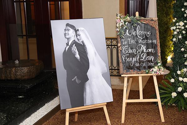 Sau lễ vũ quy ngày 17/8, tiệc cưới của người mẫu Tuyết Lan diễn ra tại một trung tâm tiệc cưới sang trọng ở TP HCM tối 18/8.