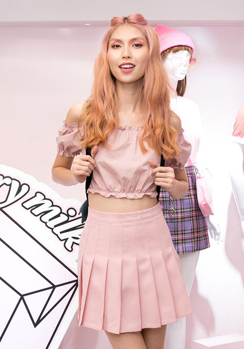 Tại đây còn có sự xuất hiện một nhân vật trong team Sang là Thùy Dương. Cô chọn phong cách đối lập với vát xếp ly, áo dạng crop top bánh bèo.