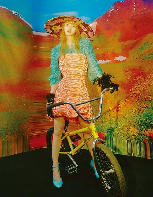 Lisa chụp hình với phong cách thời trang độc lạ.