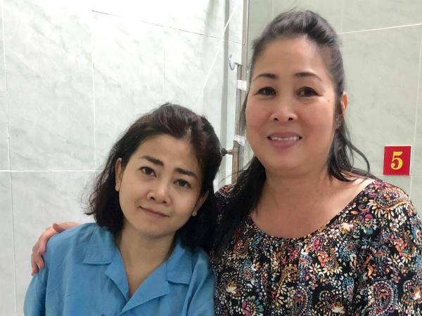 Nghệ sĩ Hồng Vân và Mai Phương trong bệnh viện.