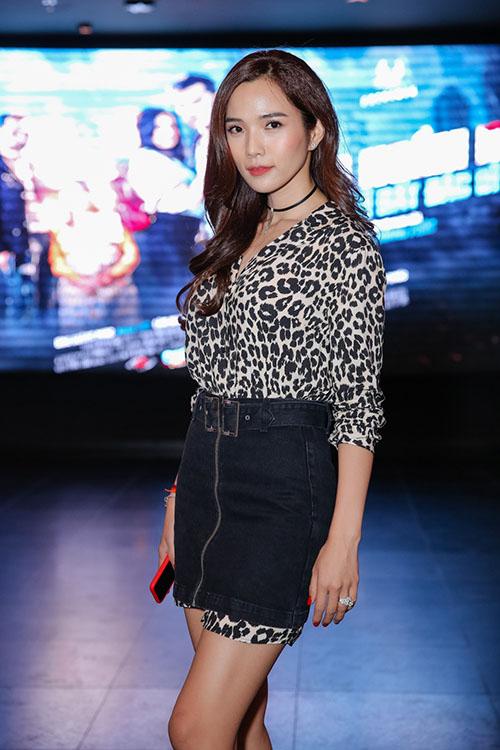Đến chúc mừng anh có bà xã xinh đẹp Kim Cương. Nữ người mẫu khoe vóc dáng mảnh mai, sắc sảo của mẹ một con. Từ sau khi kết hôn, Kim Cương trở thành hậu phương vững chắc cho chồng hoạt động nghệ thuật.