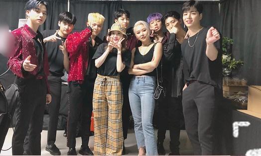 Dara diện đồ Burberry đến cổ vũ concert của đàn em iKON, lọt thỏm giữa các chàng trai.