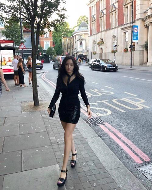 Hyo Min khoe chân thon nuột sải bước như đi catwalk trên phố.