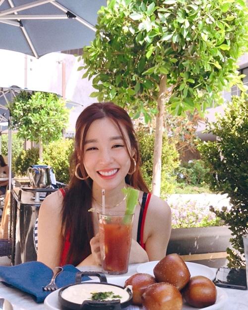 Tiffany như tỏa sáng với đôi mắt cười đáng yêu.