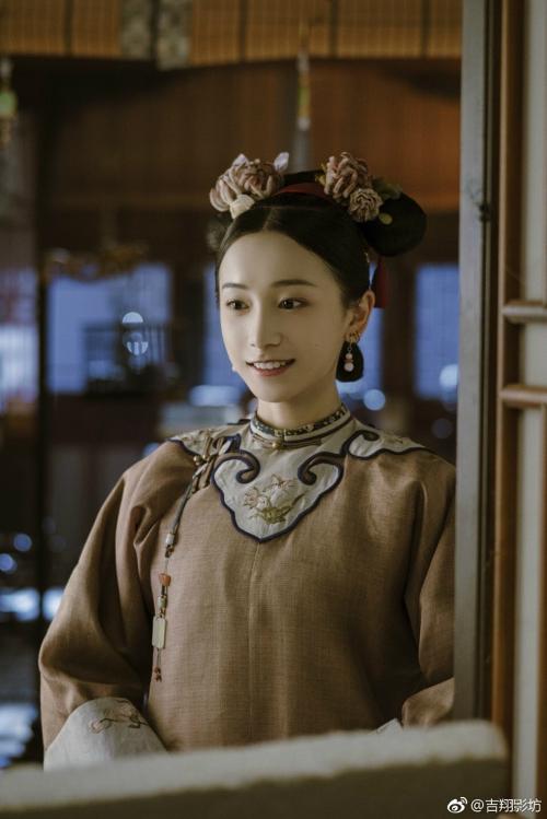 Là một trong những tác phẩm cung đấu hot nhất màn ảnh Hoa ngữ, Diên Hi công lược sở hữu dàn diễn viên từ chính đến phụ đều có nhan sắc xinh đẹp, bắt mắt. Trong đó phải kể đến Minh Ngọc - cung nữ thân cận Phú Sát Hoàng Hậu.