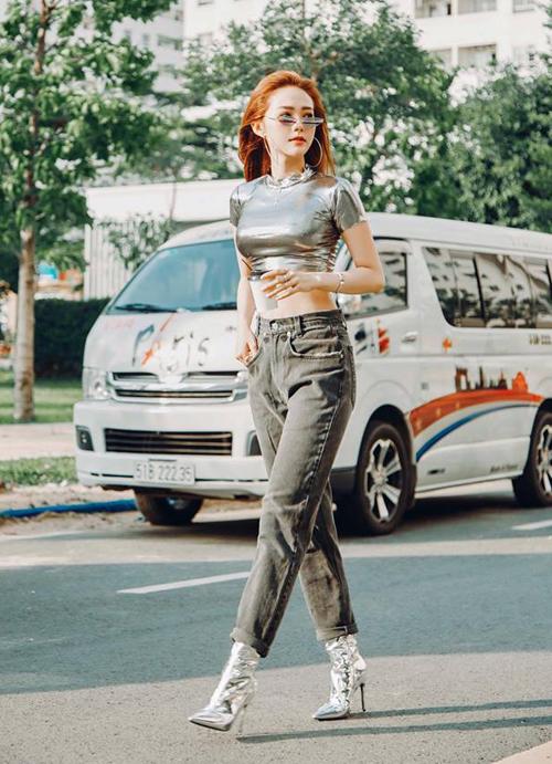 Những xu hướng quen thuộc của thời trang những năm 90, 2000 như croptop, quần jeans cạp trễ... đang được nhiều sao Việt hưởng ứng nhiệt tình trở lại. Tuần qua, Minh Hằng gây bất ngờ khi xuống phố với diện mạo rất chất chơi.