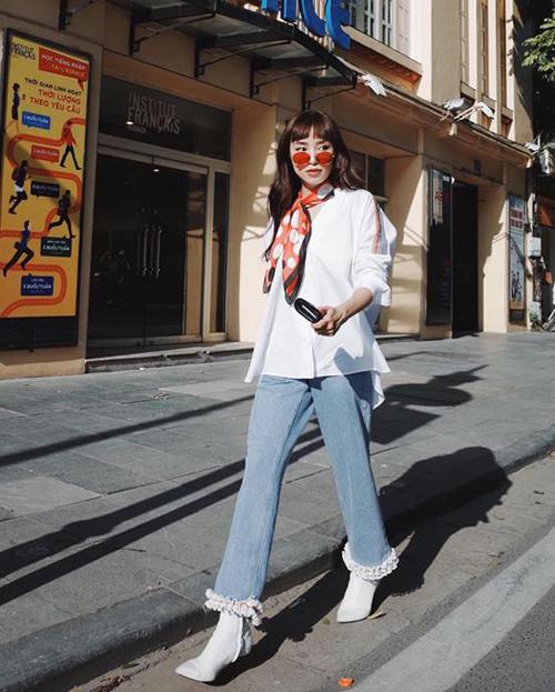 Jeans gấu tua rua được Sa Lim kết hợp cùng sơ mi thụng, nhấn nhá bằng một chiếc khăn đậm chất cổ điển.
