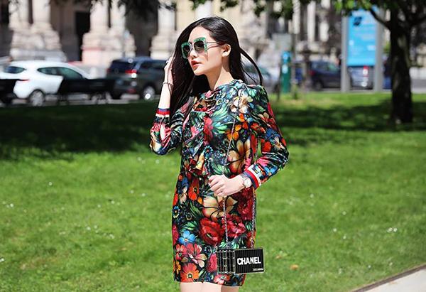Chiếc túi Chanel Minaudiere mà Ngân Anh đang diện được thiết kế lấy cảm hứng từ thùng hàng container. Gần 400 triệu đồng là mức giá của món đồ trông khá ngộ nghĩnh này.