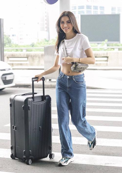 Combo croptop - jeans cạp trễ dáng thụng cũng được lòng Minh Tú, giúp cô nàng có diện mạo chất lừ khi ra sân bay.