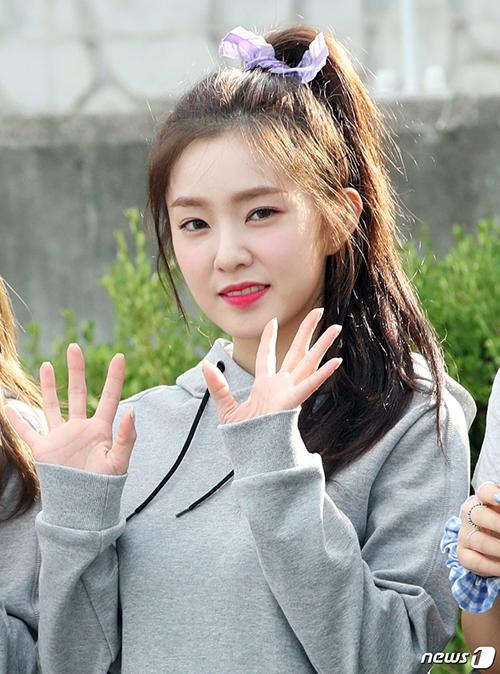 Red Velvet xuất hiện tươi tắn vào sáng sớm. Irene buộc tóc bằng sợi dây màu tím - màu sắc yêu thích của cô nàng.