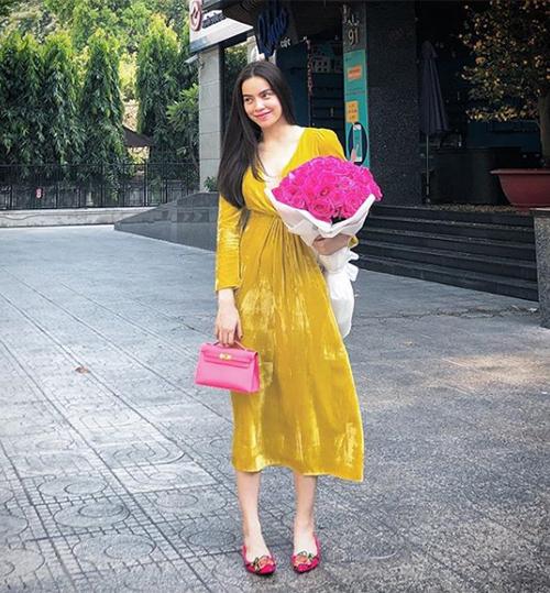 Chiếc túi Hermes Hà Hồ đang cầm trên tay có màu hồng ngọt ngào như phụ kiện dành cho các bé gái, tuy nhiên để sở hữu một chiếc thì bạn cũng phải chi khoảng 200 triệu đồng.