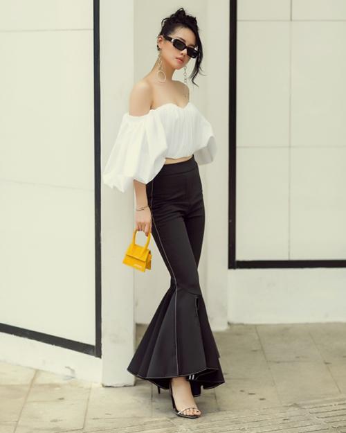 Túi có kiểu dáng thanh lịch, đáng yêu nằm gọn trong lòng bàn tay. Màu vàng mù tạt giúp trang phục trở nên sáng bừng. Khánh Linh thừa nhận đây khó có thể gọi là một chiếc túi xách, mà gần như là một món trang sức để làm đẹp cho quần áo.
