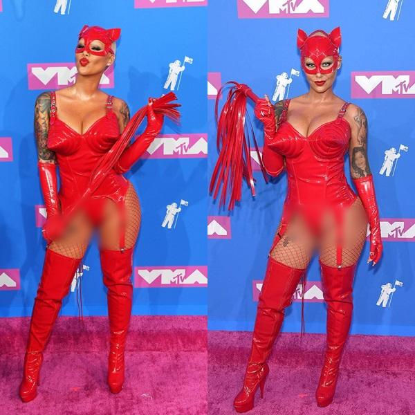 Tình cũ của Kanye West, vũ công kiêm diễn viênAmber Rose. Khán giả gọi bộ cánh hở hang táo bạo của cô nàng là trang phục Halloween sớm.