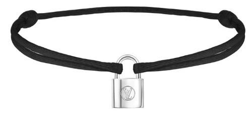 Đầu tiên phải kể đến chiếc vòng tay với phần dây thắt nối lạ mắt cùng mặt kim loại hình ổ khóa hiệu Louis Vuitton có giá 5,8 triệu đồng. Nhiều fans càng bất ngờ hơn trước nghĩa cử cao đẹp của thần tượng khi biết chiếc vòng này nằm trong dự án nhân ái của Unicef, được bán để ủng hộ cho trẻ em nghèo trên thế giới.