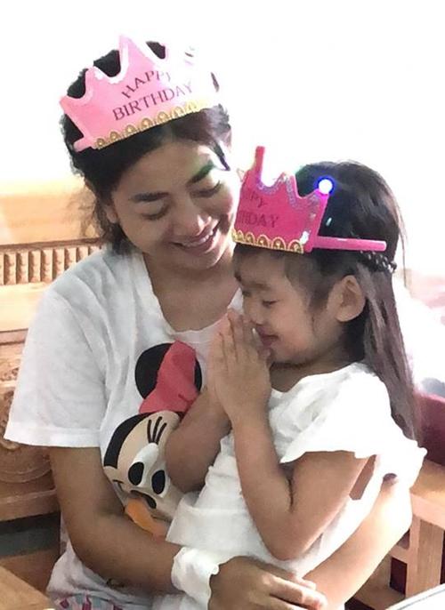 Mai Phương hạnh phúc chúc mừng sinh nhật con gái trong viện - 4