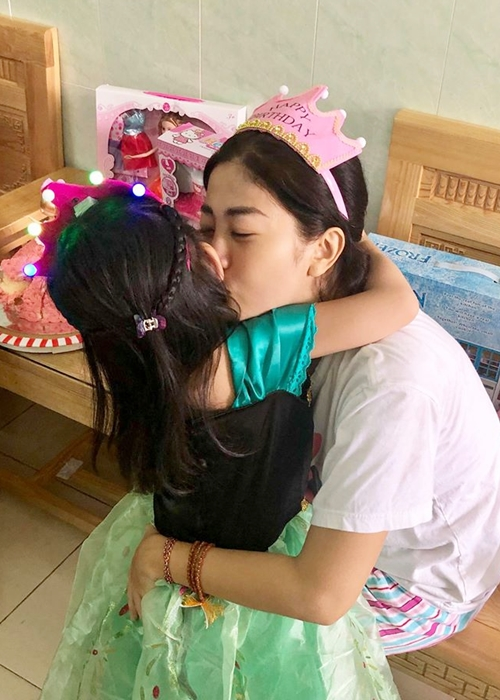 Mai Phương thể hiện sự nhớ nhung và tình yêu thương bằng một nụ hôn dành cho con gái.