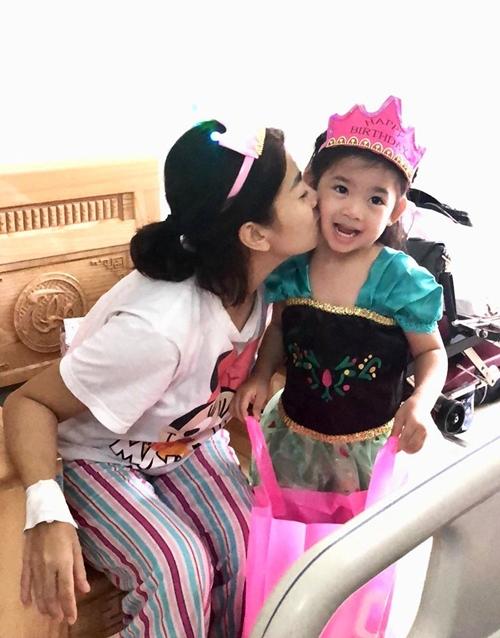Dù không thể ngồi lâu vì xương giòn nhưng Mai Phương vẫn cố gắng để chung vui với con gái. Những ngày qua, cô được truyền thuốc chống mục xương, đợi khỏe mạnh hơn rồi mới tìm cách điều trị tiếp.