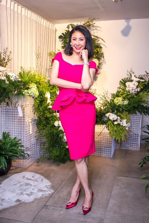 Trở về sau cuộc hội ngộ các hoa hậu tại Gala 30 năm Hoa hậu Việt Nam, Hà Kiều Anh tham dự một sự kiện tại một showroom nội thất ở TP HCM ngày 20/8. Cô diện bộ cánh hồng nổi bật, khoe nhan sắc không tuổi.
