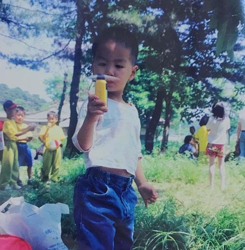 JR (Nuest) được fan khen tới tấp khi chia sẻ ảnh hồi bé đáng yêu.