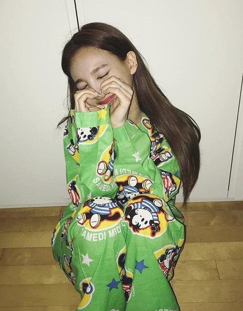 Na Yeon mặc đồ ngủ in hoạt hình xì tin bắn tim dễ thương.