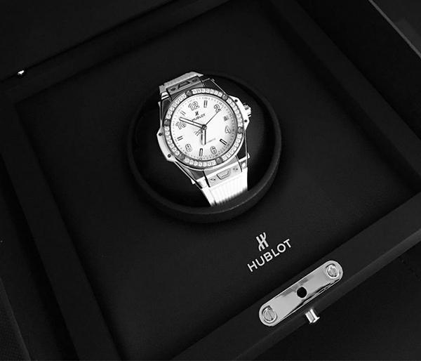 hoe đồng hồ xịn của Hublot được khảm 42 viên kim cương trắng với giá hơn 320 triệu đồng