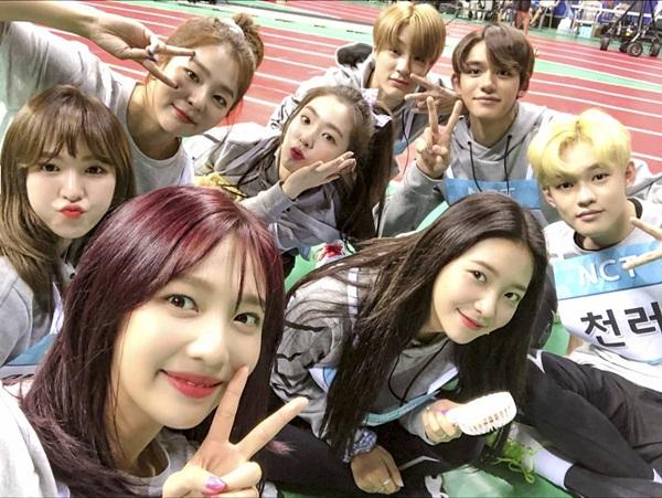 Red Velvet tranh thủ pose hình nhí nhố cùng các đàn em NCT khi cùng quay show thể thao.