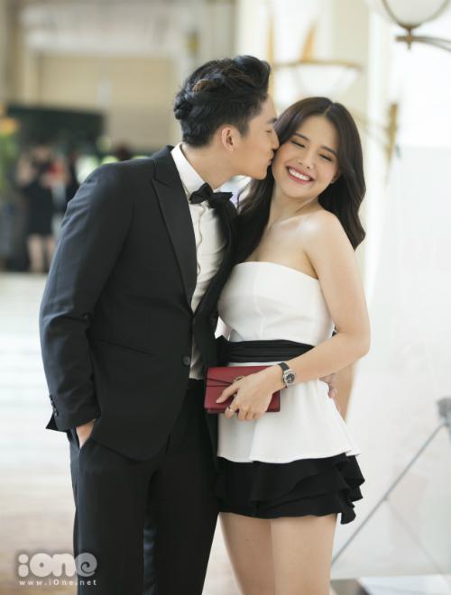 Đình Tú không ngần ngại hôn má Phanh Lee tại buổi họp báo.