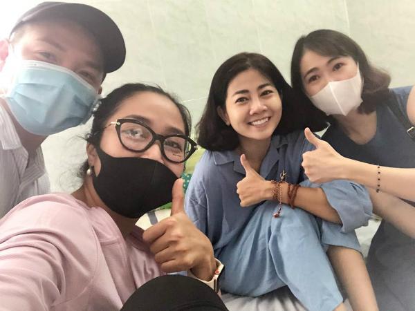 Ốc Thanh Vân (đeo khẩu trang đen) là người luôn ở cạnh Mai Phương những ngày qua trong bệnh viện.