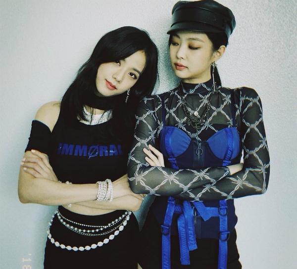 Nếu như Ji Soo (trái) được biết đến với vẻ đẹp nữ thần, thì Jennie được ví là một tiểu thư sang chảnh cool ngầu.