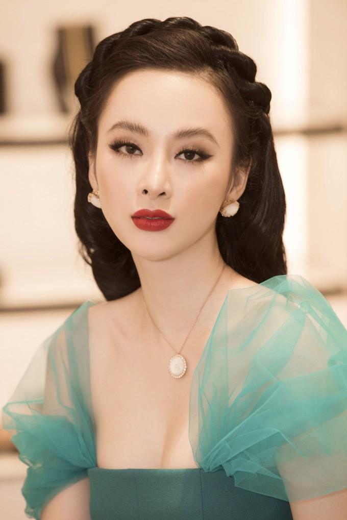 <p> Người đẹp thường để mày mọc tự nhiên, không cắt ngắn cũng chẳng tỉa cho vào nếp nên lông mày thường bị quá rậm, không hài hòa với gương mặt.</p>