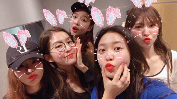 Red Velvet nhí nhố chụp tự sướng trong hậu trường.