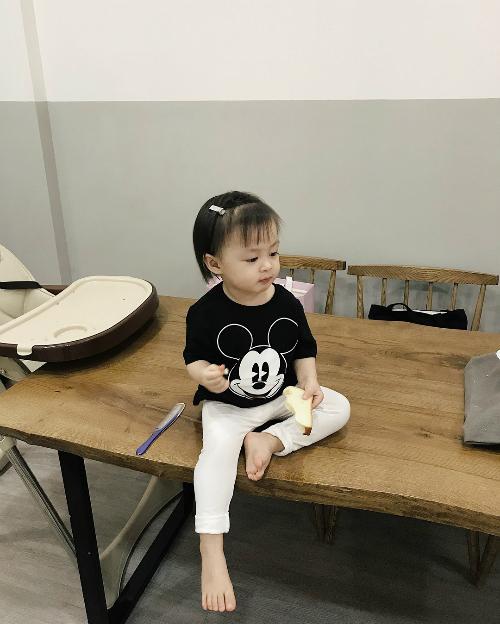3. Bé Cam:Là con gái nên Cam được bố Kiên Hoàng, mẹ Heo Mi Nhon cho ăn mặc điệu đà ngay từ khi còn nhỏ.